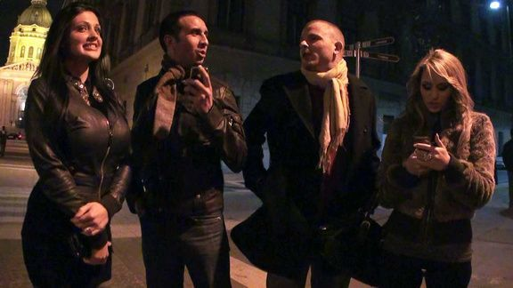 Пьяная сексуальная брюнетка занимает сексом с двумя мужиками