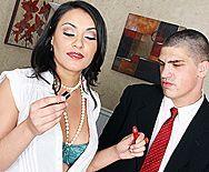 Смотреть жаркий секс с похотливой брюнеткой секретаршей и её боссом на столе - 1