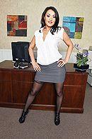 Смотреть жаркий секс с похотливой брюнеткой секретаршей и её боссом на столе #1