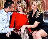 Анальный секс двух страстных блондинок в чулках с чуваком - 1