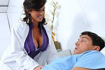 Трах в пизду зрелой медсестры с большими сиськами