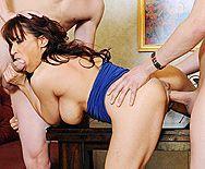 Смотреть секс втроем зрелой мамки с большими сисечками - 3