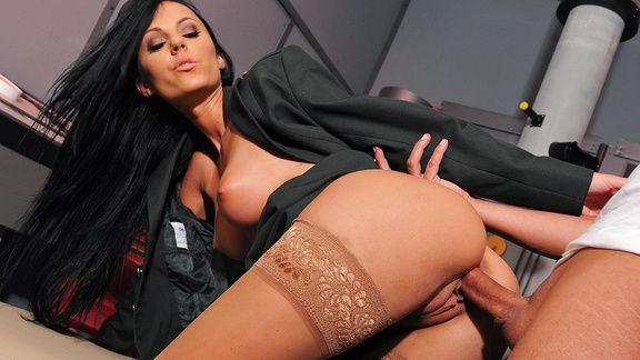 Порно трах в пизду черноволосой красотки с большой жопой