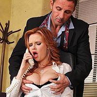 Босс трахает в анал молоденькую рыжую секретаршу на столе