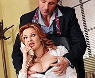 Босс трахает в анал молоденькую рыжую секретаршу на столе - 1