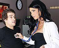 Порно с сексуальной черноволосой докторшей в больнице - 1