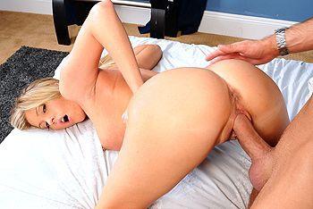 Красивая шатенка занялась страстным сексом в номере отеля с новым парнем