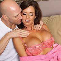 Смотреть страстный секс со зрелой стройной брюнеткой и её мужиком на диване