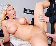 Смотреть жесткое порно лысого полицейского со зрелой блондинкой в полицейском участке - 4