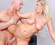 Смотреть жесткое порно лысого полицейского со зрелой блондинкой в полицейском участке - 5