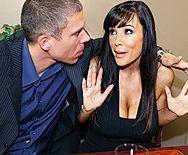 Парень кончает брюнетке с большими сиськами на лицо после секса на столе - 1
