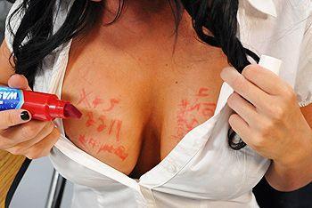 Порно с горячей школьницей по  время контрольной работы