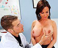 Смотреть порно доктора с молодой пациенткой с большими сиськами - 1
