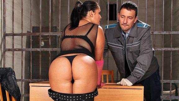 Анальный секс охранника с пышной проституткой