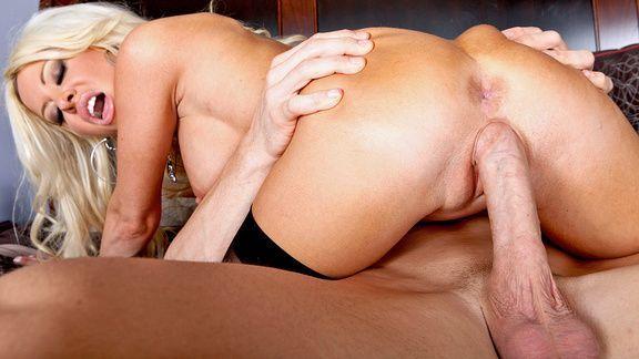 Смотреть жаркое порно с выразительной зрелой блондинкой