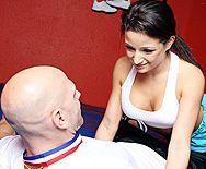 Порно тренера со спортивной молоденькой брюнеткой - 1