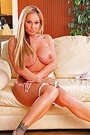 Порно с пышной красивой блондинкой с татуировками #4
