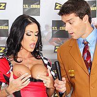Секс привлекательной гонщицы с менеджером в гараже