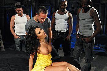 Межрасовый секс втроем со жгучей азиаткой