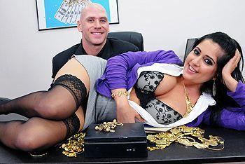 Страстный секс с пышной брюнеткой с большими сиськами в офисе