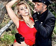 Горячий секс полицейского в лесу с симпатичной блондинкой - 1