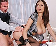 Смотреть порно учителя с пышногрудой сексуальной секретаршей - 3
