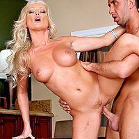 Домашний секс с красивой сочной блондинкой