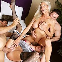Групповое порно с привлекательными блондинками в чулках