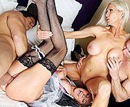Групповое порно с привлекательными блондинками в чулках - 3