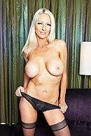Групповое порно с привлекательными блондинками в чулках #4