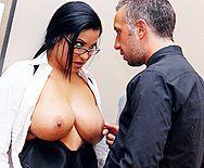 Секс босса с пышной брюнеткой в чулках с большой попкой в офисе - 1