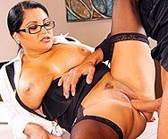 Секс босса с пышной брюнеткой в чулках с большой попкой в офисе - 3