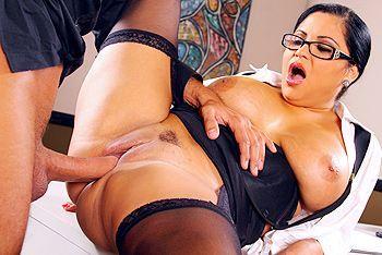 Секс босса с пышной брюнеткой в чулках с большой попкой в офисе