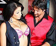 Страстный секс в казино с горячей брюнеткой с огромными сиськами - 1