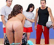 Смотреть порно в спортзале с сексуальной стройной брюнеткой - 1