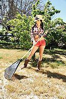 Горячий секс стройной брюнетки в ковбойской шляпе с лысым в конюшне #5