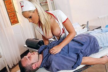 Красивый анальный секс сексуальной медсестры с рабочим парнем