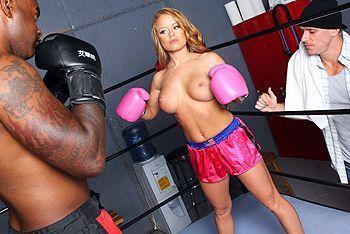 Порно на ринге с блондинкой с упругой задницей