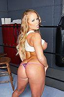 Порно на ринге с блондинкой с упругой задницей #3
