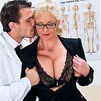 Смотреть анальное порно сочной блондинки с доктором