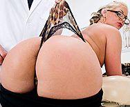 Смотреть секс в очко с горячей очкастой блондинкой МИЛФ в чулках - 1