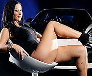 Анальный секс с красивой брюнеткой в машине - 1
