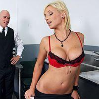 Секс лысого с молодой красивой официанткой на кухне