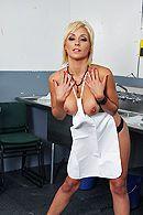 Секс лысого с молодой красивой официанткой на кухне #4