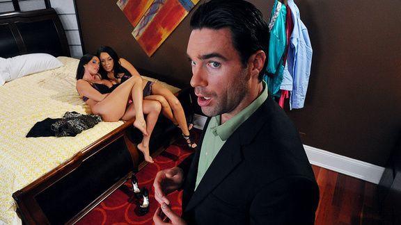 Сладкий секс втроем с двумя горячими брюнетками с большими сиськами