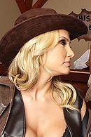 Горячее порно с блондинкой в ковбойской униформе #3