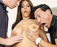 Порно сногсшибательной красотки принимающей два члена - 1