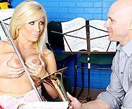 Страстный секс с учителя с молодой блондинкой с огромными сиськами - 1