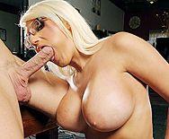 Секс привлекательной блондинки с огромными сиськами на столе - 2