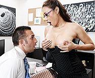 Порно босса с молоденькой азиатской секретаршей в чулках - 1